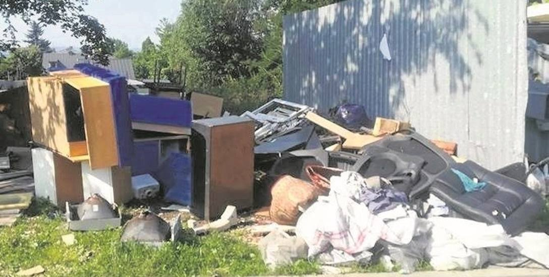Sterty śmieci zalegają przy stanowisku kontenerowym na ul. Głogowej w Trzebini. Ludzie chcą dodatkowych pojemników
