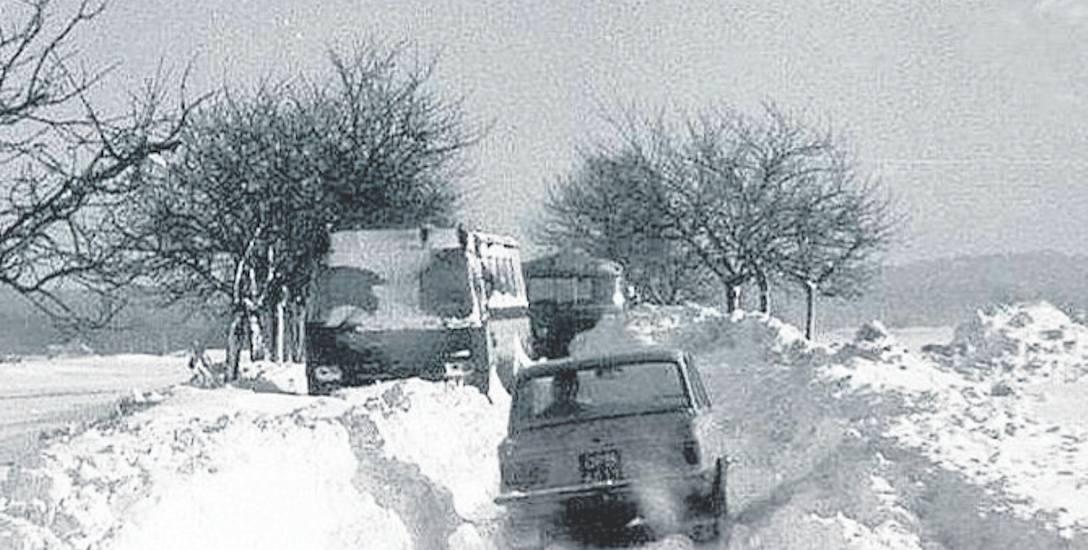 Tak wyglądały w 1979 roku drogi, zwłaszcza lokalne. Był problem z dowiezieniem dla ludzi podstawowych artykułów spożywczych