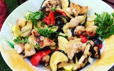 Sałatka z grillowanych sezonowych warzyw z dodatkiem kurczaka.