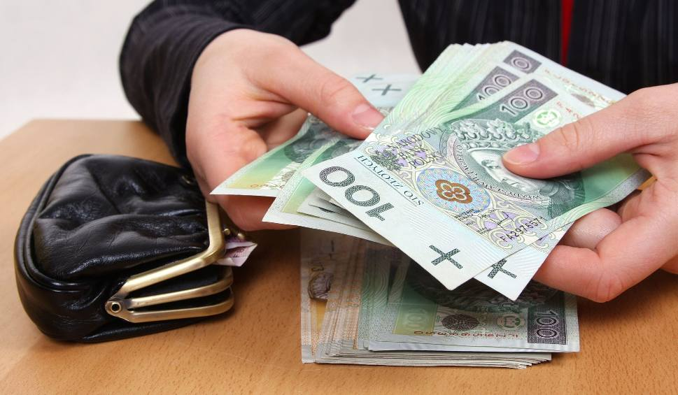 Film do artykułu: 4000 zł minimalnego wynagrodzenia w 2023 roku. Czy zwiększone zarobki obrócą się przeciwko ludziom?