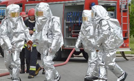 Nielegalne składowisko chemikaliów w Czarnej Dąbrówce. Inspektorzy WIOŚ odkryli ponad 1000 beczek w budynku dawnej świniarni