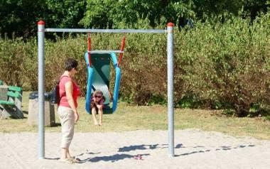 Zabawa na huśtawce  może się dla dziecka naprawdę źle skończyć, jeśli zabawka ma ukrytą wadę.