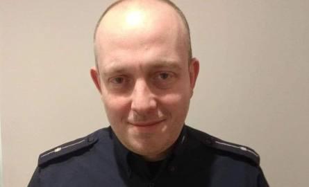 Policjant - bohater jest ratownikiem medycznym blisko 10 lat. Zdobytą wiedzę wielokrotnie wykorzystywał do ratowania zdrowia i życia. Jest również odpowiedzialny