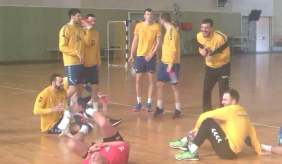 Film do artykułu: Jurecki opowiada, Dujszebajew przewraca się ze śmiechu. Zobacz scenkę z treningu piłkarzy ręcznych PGE VIVE Kielce