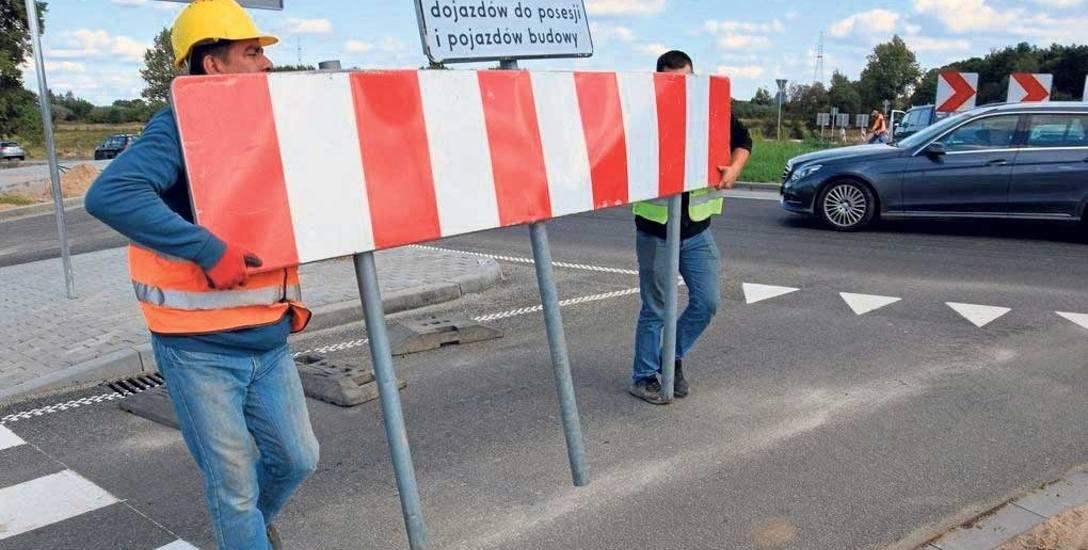 Robotnicy usuwają zapory uniemożliwiające wjazd na wiadukt na ulicy Słupskiej - można już nim wjechać do Szczecinka, czynny jest także wiadukt do dzielnicy