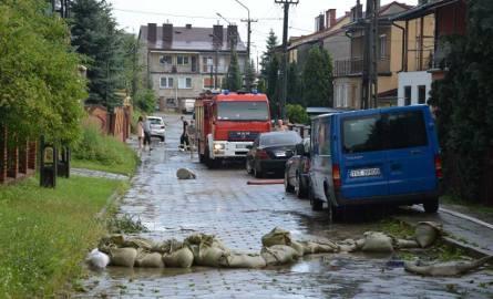 Ulica Szaszki na osiedlu Orłowo. Aby nie dopuścić do większych podtopień, strażacy ułożyli worki z piaskiem.