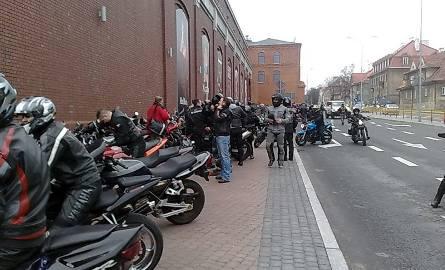 Motocykliści przed galerią Alfa