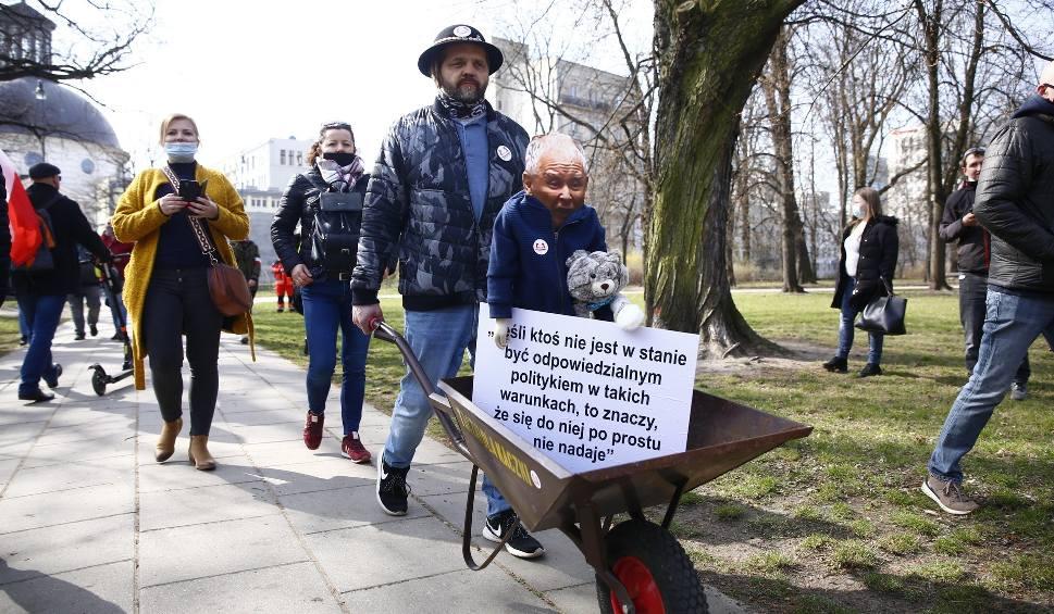 Film do artykułu: 11. rocznica katastrofy smoleńskiej [ZDJĘCIA] Warszawa: protesty Strajku Przedsiębiorców, zatrzymany został m.in. Paweł Tanajno [WIDEO]