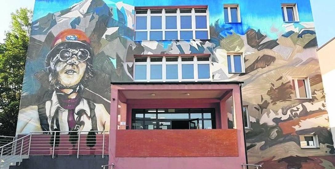 Na budynku Szkoły Podstawowej nr 10 im. Jerzego Kukuczki w Mikołowie pojawił się mural przedstawiający patrona placówki