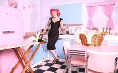 """""""Miejsce kobiet jest w kuchni""""? Gwiazdy promują utarte stereotypy w kontrowersyjnej kampanii!"""