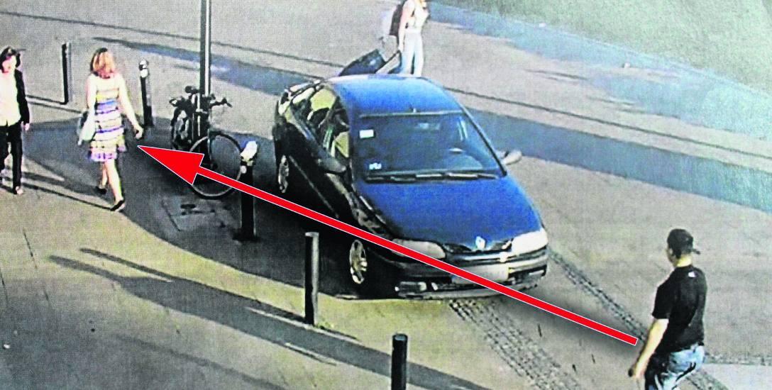 Kamera monitoringu na jednej z kamienic w samym centrum Krakowa zarejestrowała  Dawida Z., gdy podążał za swoją ofiarą, panią w kolorowej sukience