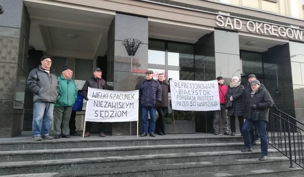 """Film do artykułu: Protest przed Sądem Okręgowym w Białymstoku: """"Wielki szacunek niezawisłym sędziom"""" [ZDJĘCIA]"""