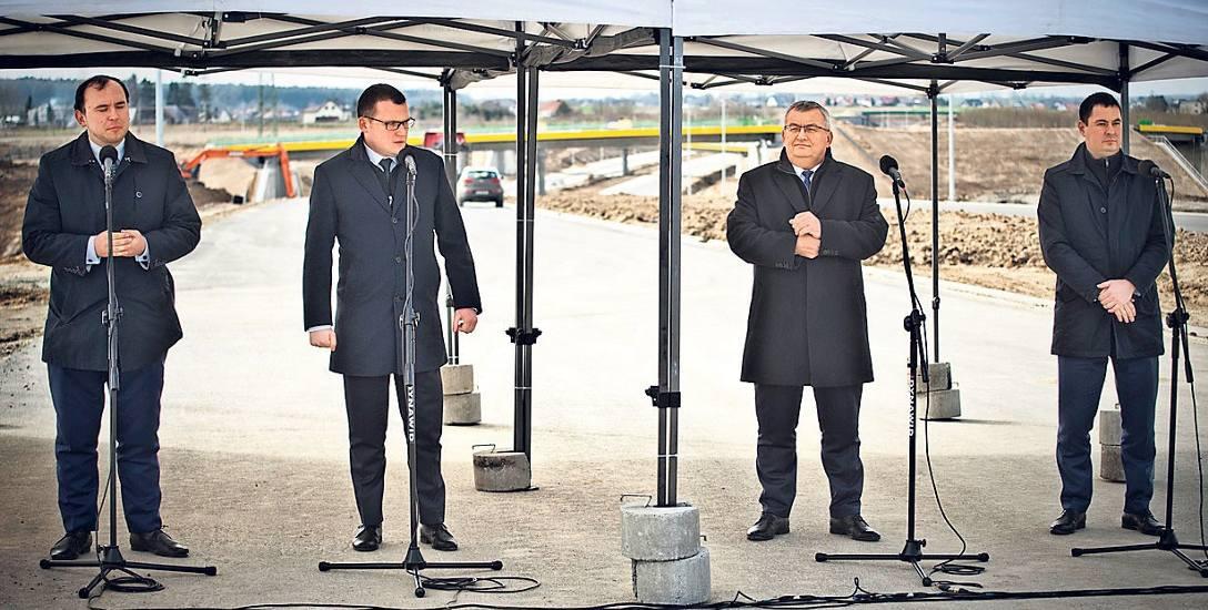 - Obecnie Pomorze Środkowe jest jednym wielkim placem budowy - mówił wiceminister Szefernaker (drugi od lewej)