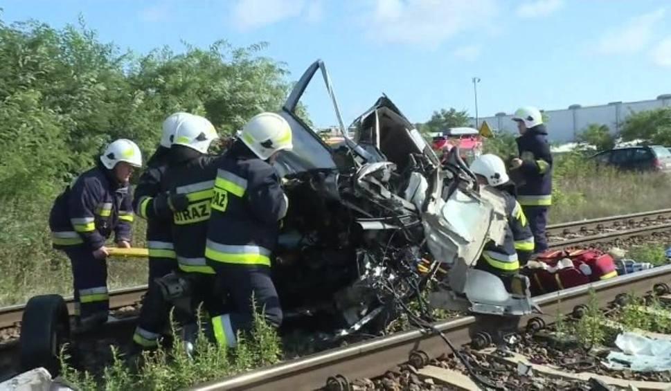 Film do artykułu: 19-latka wjechała na tory, zmiótł ją rozpędzony pociąg. Niebezpieczny wypadek w Wielkopolsce [WIDEO]