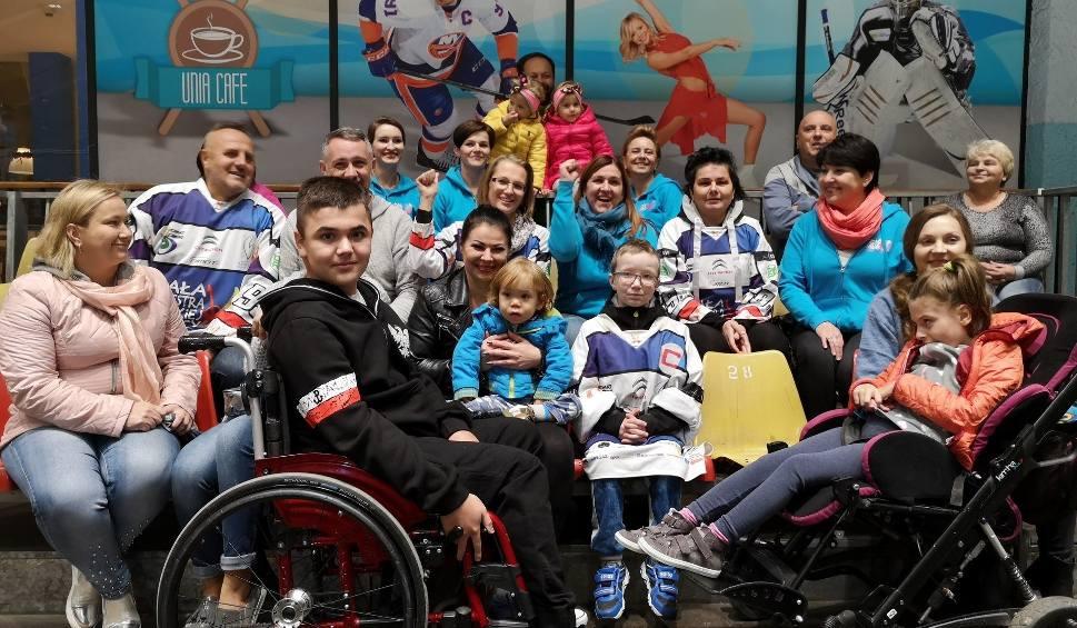 Film do artykułu: Mała Orkiestra Wielkiej Pomocy i Hokejowa Reprezentacja Artystów Polski zagrają piąty mecz dla pięciorga niepełnosprawnych dzieci