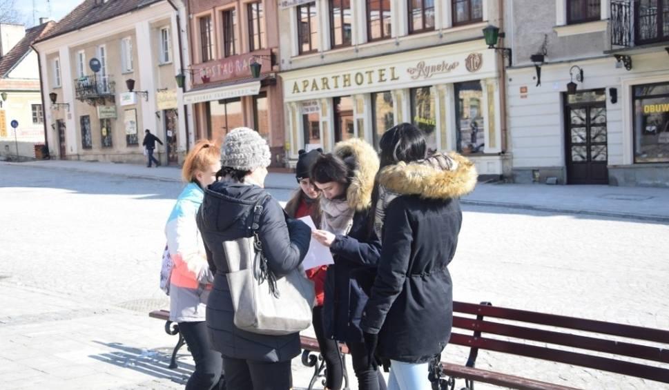 """Film do artykułu: Szkolny Klub Turystyczny """"Koziołek Matołek"""" ze Stalowej Woli szukał """"skarbów"""" w Sandomierzu"""