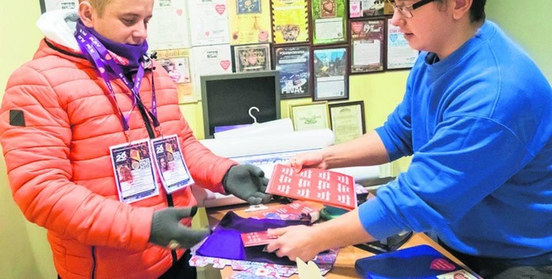 Wczoraj W sztabie WOŚP wydawano jeszcze identyfikatory. 650 z 770 trafi do bydgoskich wolontariuszy, reszta do kwestujących np. Serocku i Łabiszynie