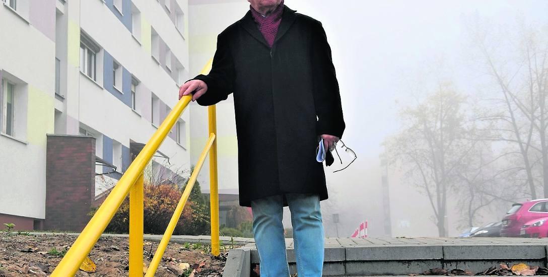Janusz Ostapiuk z dumą prezentuje nowe schody na osiedlu. W ciągu roku powstał tu też parking, odremontowano ten już istniejący...