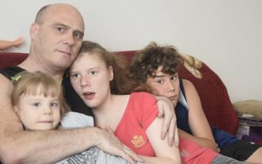Jacek Drąg, ojciec zamordowanego mężczyzny, samotnie wychowuje trójkę własnych dzieci. Stara się o opiekę nad wnuczką.