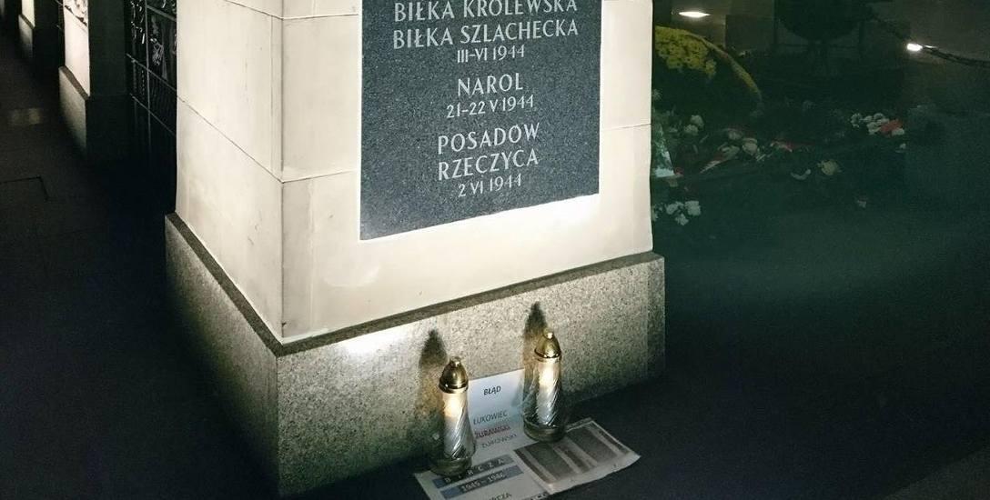 """""""Bircza 1945 - 1946"""" na kartce, obok znicze, przed Grobem Nieznanego Żołnierza. Takie zdjęcia pojawiły się na Facebooku."""