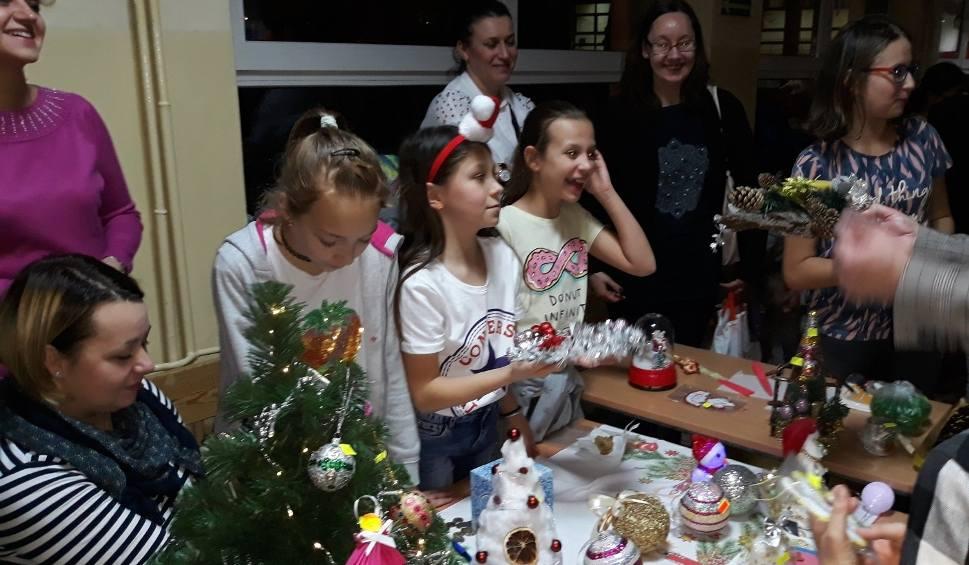 """Film do artykułu: Konecka """"dwójka"""" jak bożonarodzeniowy kiermasz. Dzieci zdobyły ponad dziewięć tysięcy złotych"""