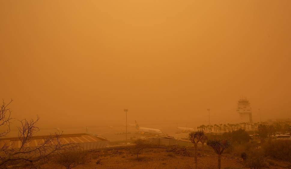 Film do artykułu: Burza piaskowa znad Sahary zaatakowała Wyspy Kanaryjskie [WIDEO] Setki lotów przesunięto lub odwołano. Turyści koczowali na lotniskach