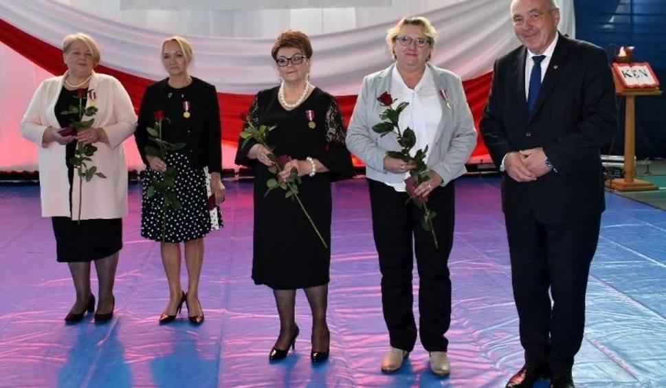 Film do artykułu: Dzień Edukacji Narodowej 2018 w Staszowie. Na uroczystej sesji podziękowano nauczycielom, dyrektorom i wręczono odznaczenia [ZDJĘCIA]