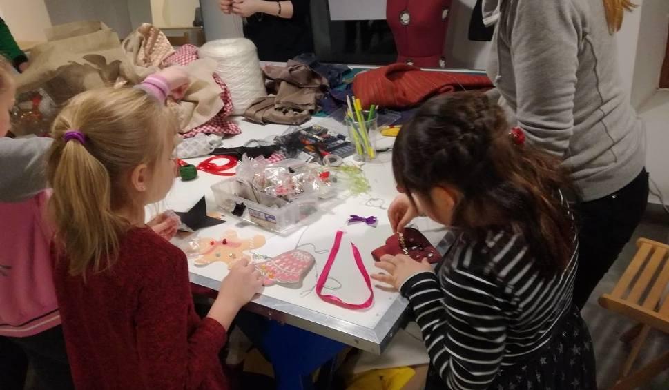 Film do artykułu: Choinkowe ozdoby z tkaniny powstały na warsztatach w Ambasadzie Dizajnu w Kielcach
