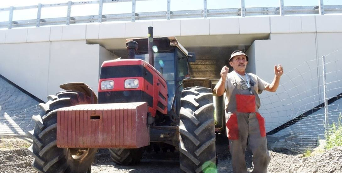 Ryszard Mikołajski mówi, że traktorem pod wiaduktem jeszcze przejedzie, kombajnem już nie