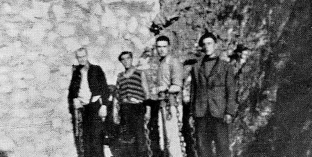 """Polscy więźniowie w kajdanach w obozie """"Libana"""" podczas okupacji"""