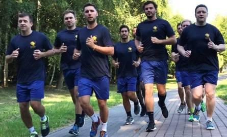 Sydney Uni podczas pierwszego treningu w Sandomierzu. Pierwszy z lewej Paweł Kwiatkowski, pierwszy z prawej Tomasz Szklarski.