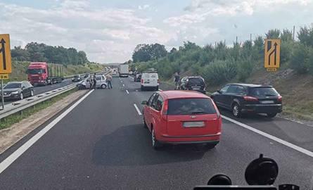 Do zderzenie doszło w środę, 21 sierpnia, około godz. 16:20 na drodze S3 przed mostem. Zderzyły się dwa samochody osobowe. Na miejscu są utrudnienia