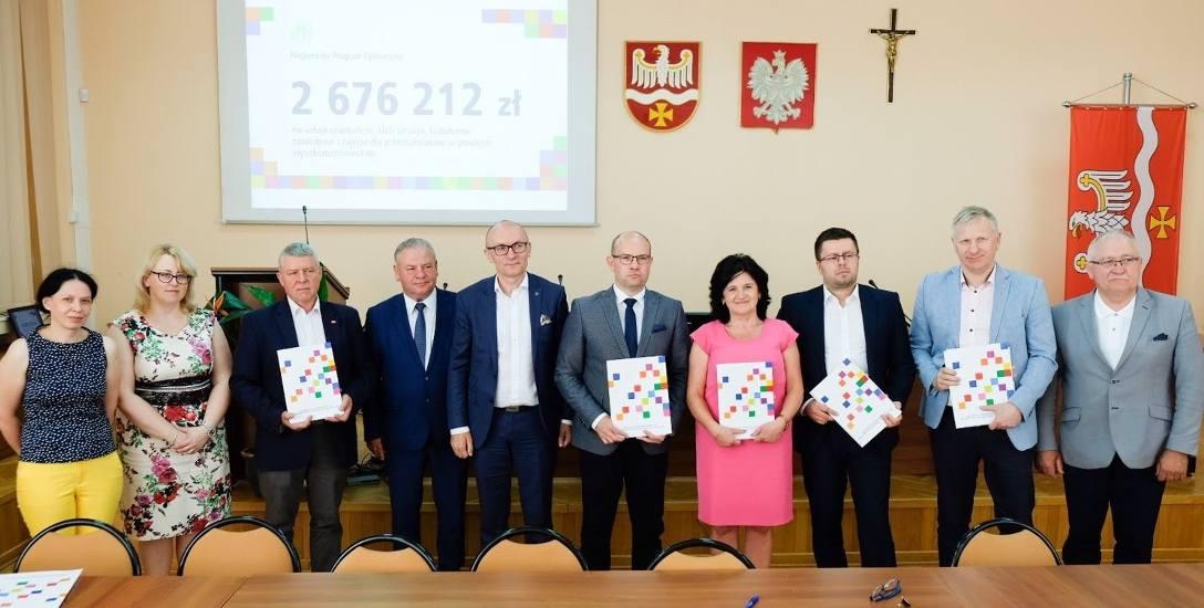 Członkowie zarządu województwa podlaskiego podpisali w starostwie w Wysokiem Mazowieckiem umowy na dotacje, które wspomogą działania na rzecz najmłodszych