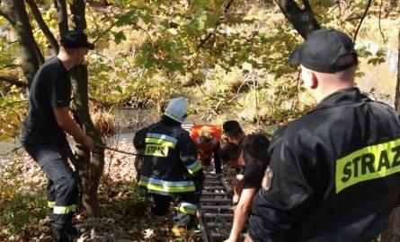 Założył się z kolegą o butelkę wódki, że wejdzie do stawu. 32-latek ugrzązł w mule w miejscowości Bukowsko k. Sanoka