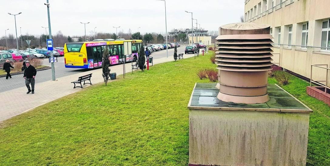 Autobusy MZKą silniki tuż obok szpitalnej czerpni powietrza. Miasto chce odwrócić trasę, i zachować przystanek, ale kosztem 23 miejsc parkingowych
