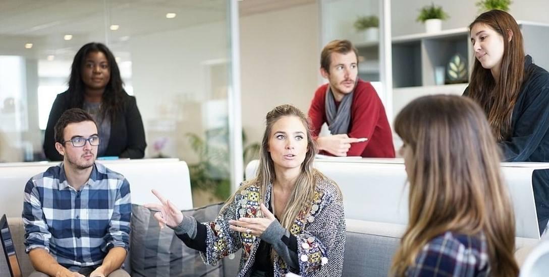 O czym Polacy rozmawiają w pracy?