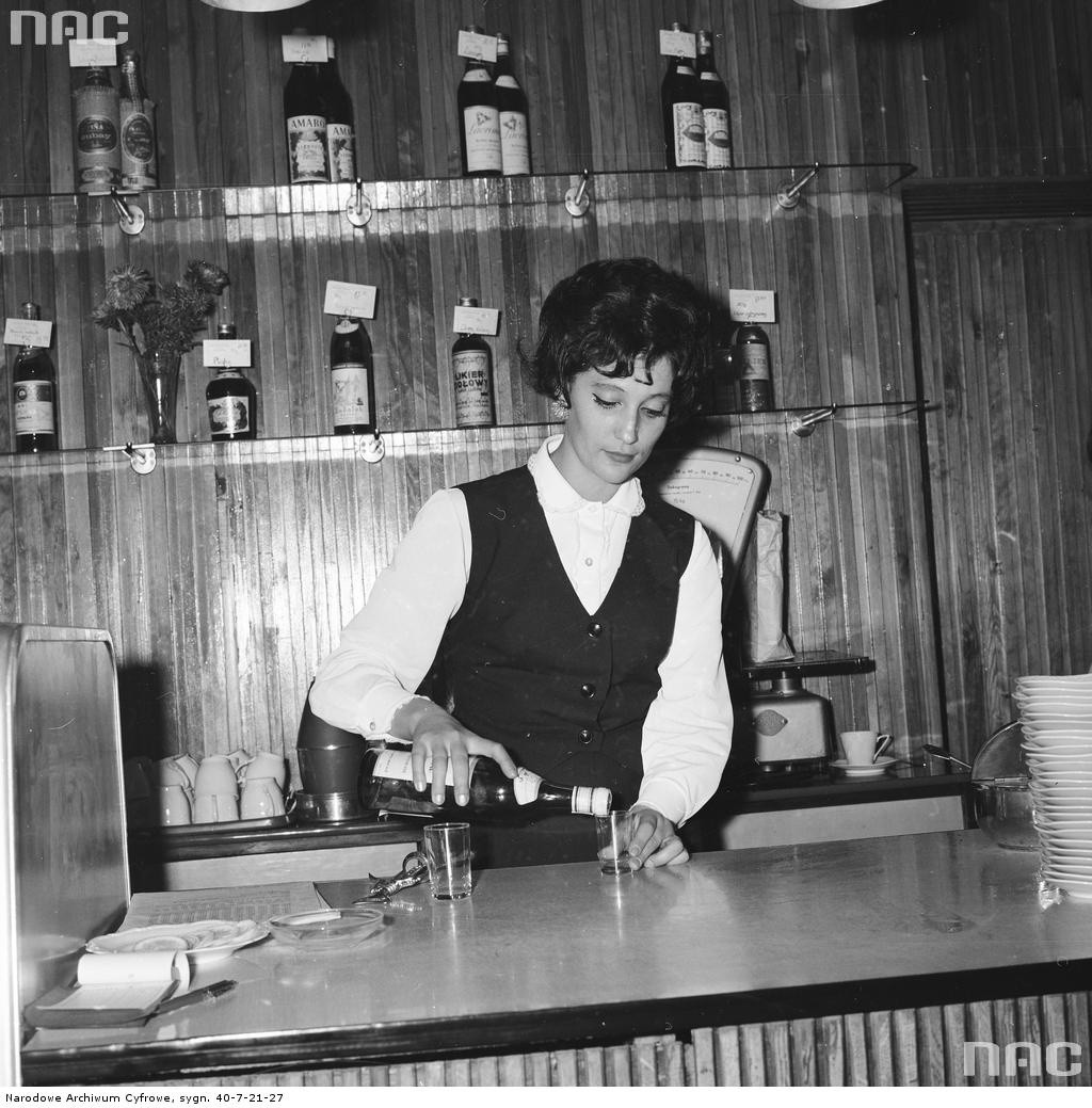 Barmanka nalewa alkohol