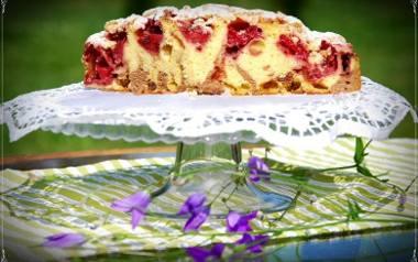 Ciasto ucierane z truskawkami, jabłkami i kruszoną.