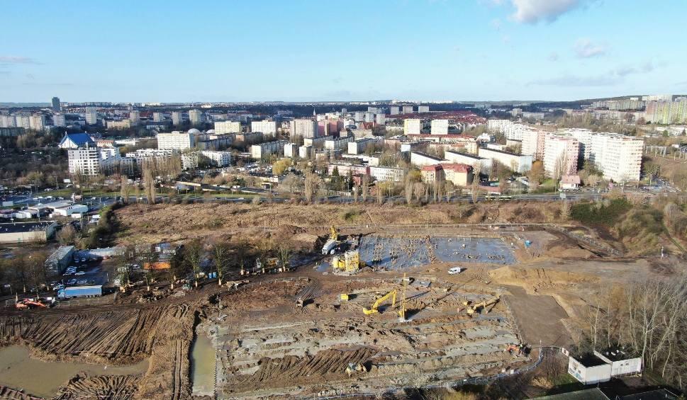Film do artykułu: Fabryka Wody - aquapark w Szczecinie. Jak postępują prace? Wieści z budowy i ZDJĘCIA z lotu ptaka