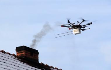 Na początku stycznia władze Krapkowic za 3 tys. zł wynajęły na jeden dzień dron, który sprawdził, co wydobywa się kominów 20 domów. Właściciele dwóch