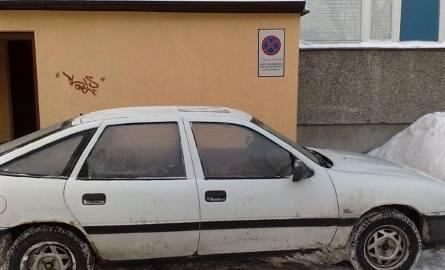 """Tak się parkuje w Ostrołęce, czyli """"zero wyobraźni"""" (zdjęcia)"""