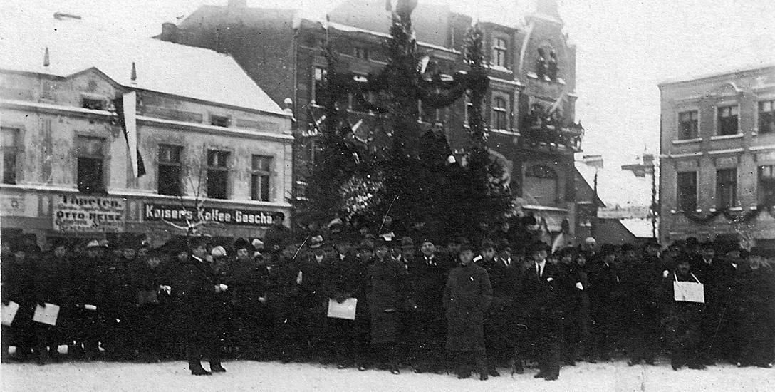 31.01.1920. Dąb Wilhelma już ścięty. Mieszkańcy Kościerzyny zgromadzeni na rynku czekają na przybycie żołnierzy generała Hallera