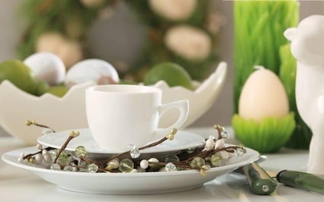 Stosując odpowiednie dekoracje, zaproś wionę do wielkanocnego stołu.