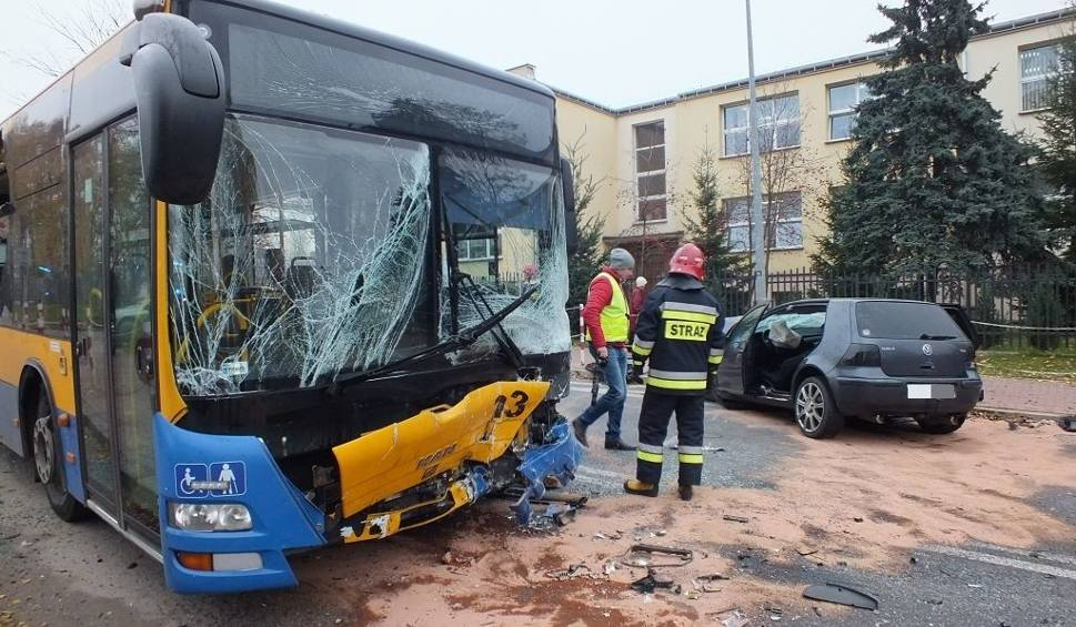 Film do artykułu: Wypadek golfa z autobusem w Starachowicach. Do szpitala trafiło 11 osób