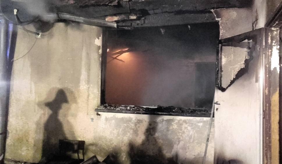 Film do artykułu: Tragiczny pożar domu w Warszkowie. Ogień gasiło 9 zastępów straży pożarnej. Nie żyje 49-letni mężczyzna [zdjęcia]