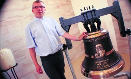 Ważący 300 kg dzwon ma już z tyłu wygrawerowany napis na pamiątkę poświęcenia przez papieża Franciszka. – Napis jeszcze nieaktualny! – śmieje się ksiądz
