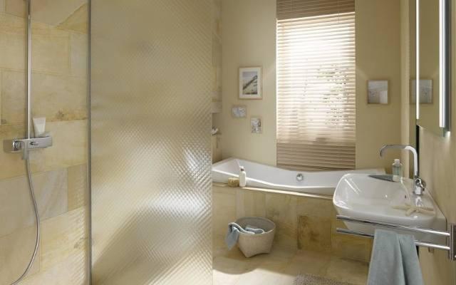 Łazienka z wanną i kabiną prysznicową typu walk-in. Dzięki wyeliminowaniu brodzika kabina nadaje się zarówno do wnętrz niewielkich, jak i przestronnych