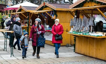 Jarmark BożonarodzeniowyNa 10 dni, trzy place w centrum miasta zmienią się w przestrzeń pełną magii świąt. Klimatu temu wszystkiemu nadadzą piękne, jednolite,