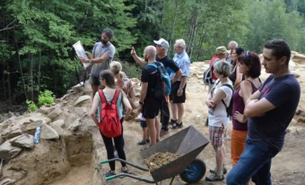 Archeolog dr hab. Marcin Przybyło (na górze, pierwszy z lewej) spotkał się w sobotę z turystami na Górze Zyndrama, by opowiedzieć o unikatowym odkryciu,