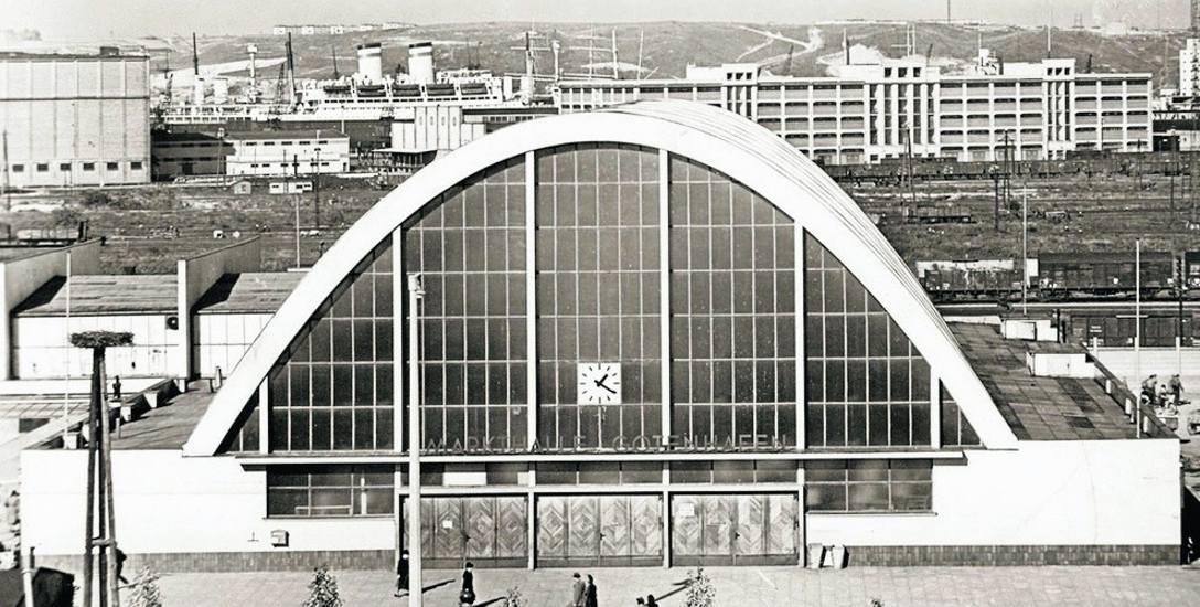 Nad drzwiami Hali Targowej dopiero w 1938 roku pojawił się wielki zegar. Prawdopodobnie pochodził z budynku poczty, która stała  przy ulicy 10 Luteg